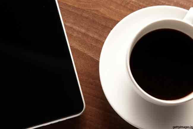 कॉफी और काली चाय, बालों को काला बनाये