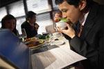 ज्यादा खाना खाते हैं नाइट शिफ्ट में काम करने वाले लोग