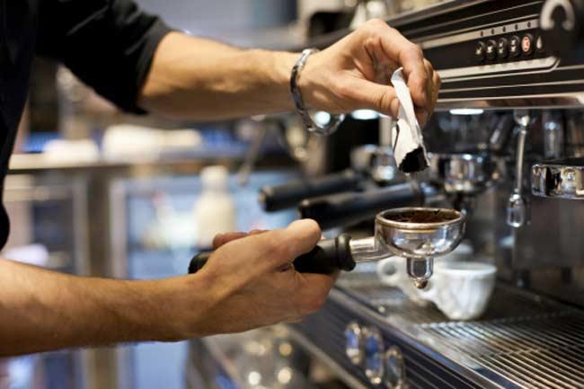 कॉफी और सोडा का सेवन कम करें