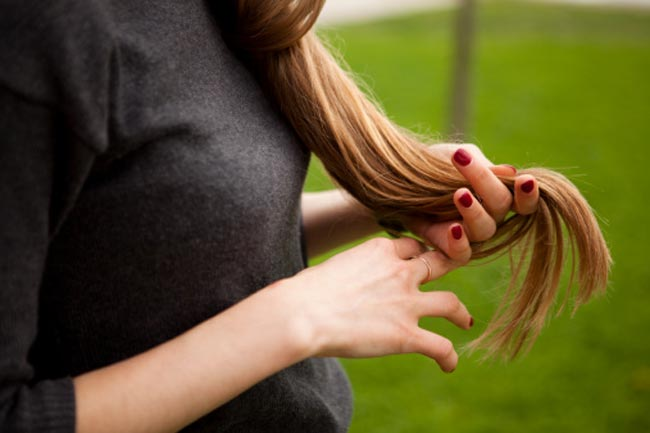 बालों से खेले