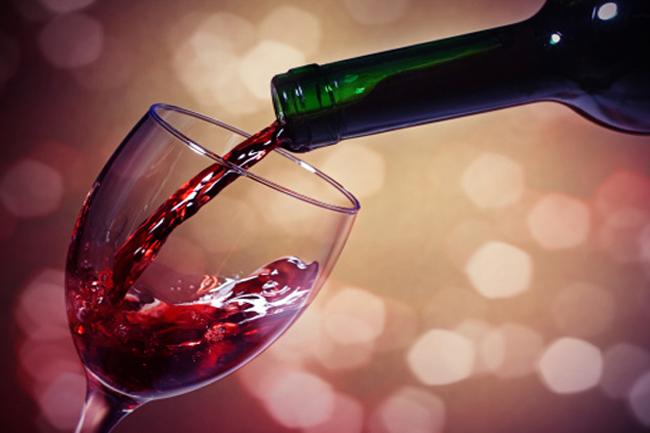 एक गिलास रेड वाइन