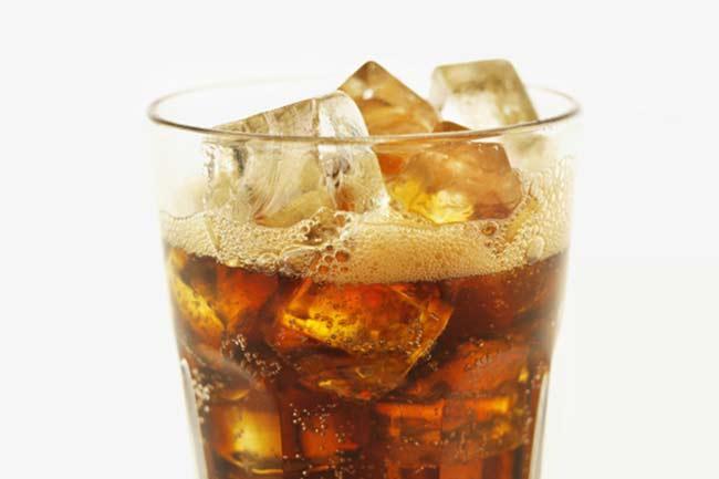 कार्बोनेटेड पेय का सेवन कम करें