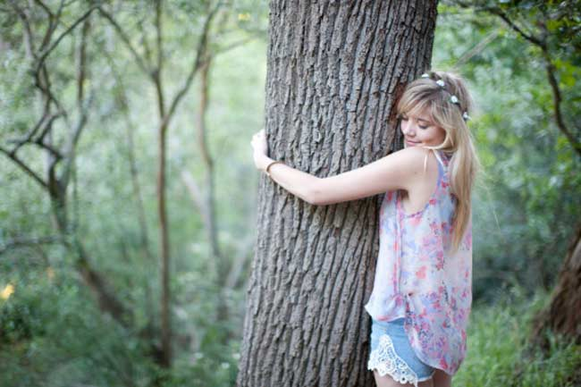पेड़ को गले लगाना