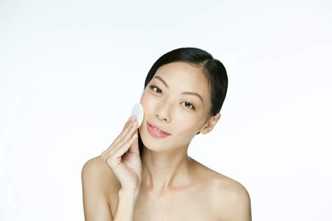 अल्कोहल आधारित त्वचा क्लीन्जर से बचें