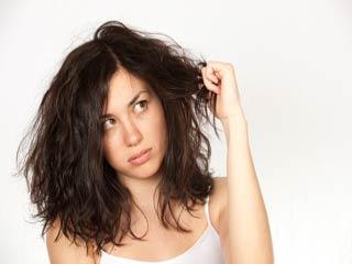बुरी आदतें जो बना देती हैं बालों को पतला और बेजान