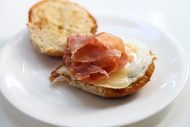 अंडे, बेकन और चीज ब्रेकफास्ट सैंडविच