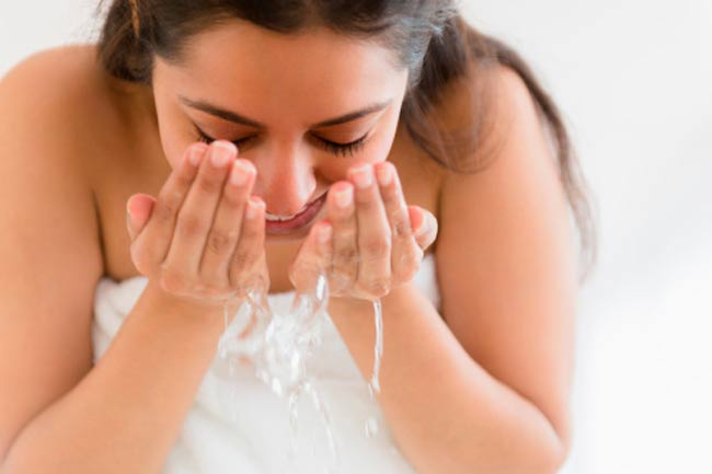 सामान्य पानी से धुलें