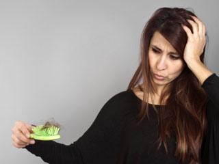 रोजमर्रा की इन सात आदतों से झड़ रहें आपके बाल