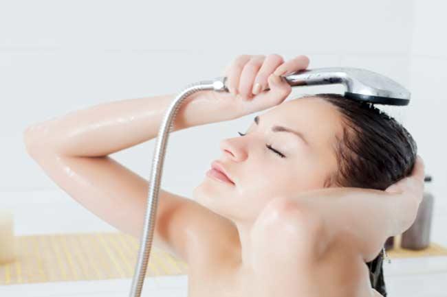 गरम पानी से बाल धोना