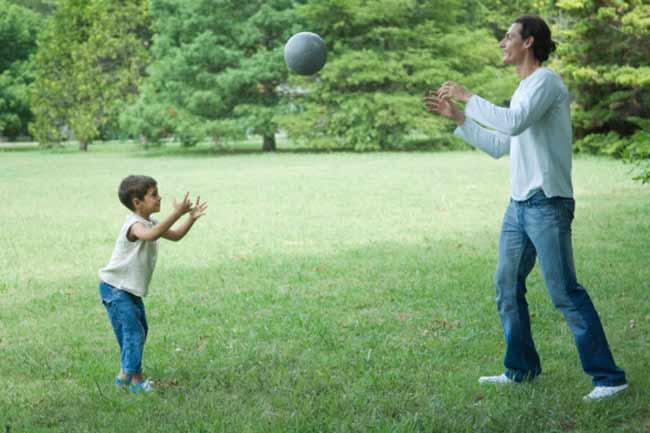 रबर के बॉल को पकड़ने का अभ्यास