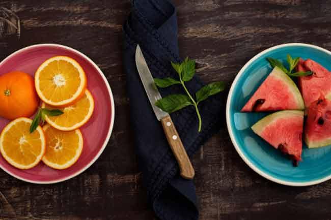 थाली में फल और सब्जियों को जगह दें