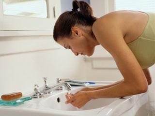 चेहरा धोने के लिए शॉवर बेहतर है या सिंक