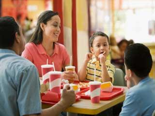 बाहर भोजन करना क्यों होता है नुकसानदेह