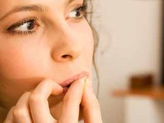 नाखून चबाने की आदत क्यों हो सकती है खतरनाक, जानिए