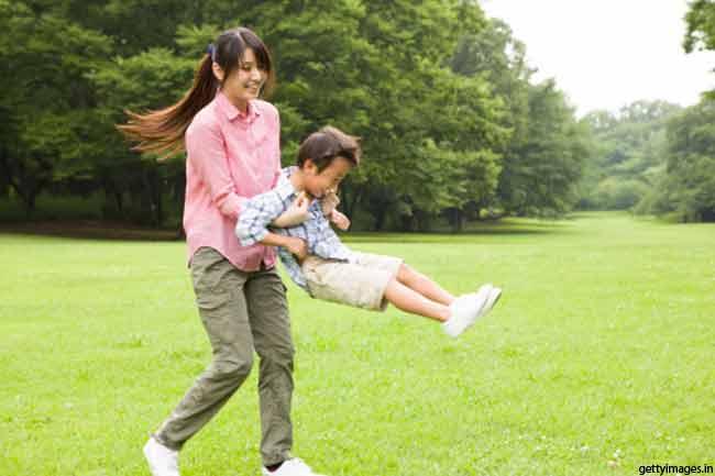 बच्चों के साथ खेलें
