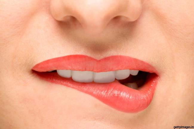 अपने निचले होंठ को काटें