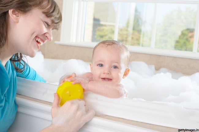 मालिश के बाद शिशु को जरूर नहलाएं