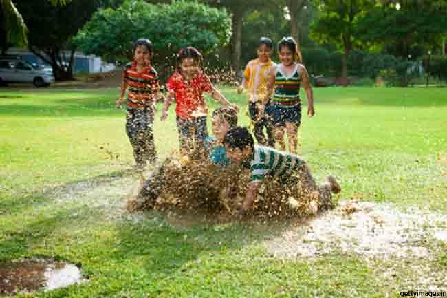बच्चों का मिट्टी में खेलना