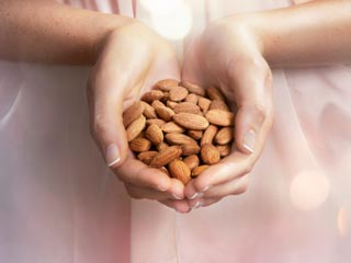 Eating a Handful of Almonds Everyday can reduce the Risk of Heart Disease