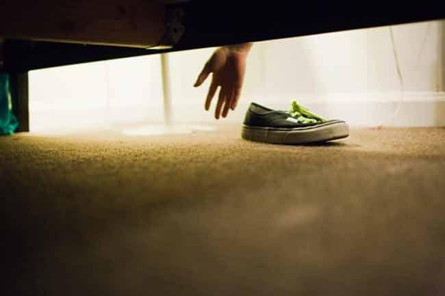 जूतों को बिस्तर के पास रखें
