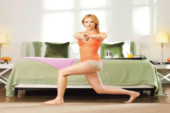 चार्लीज एंजेल्स व्यायाम (बायें पैर आगे)