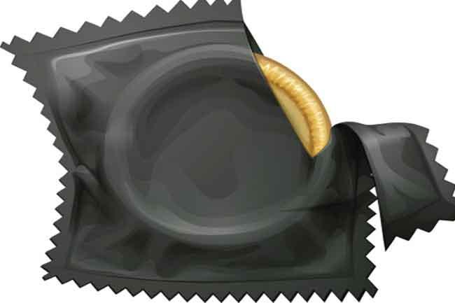 कंडोम खोलने का गलत तरीका