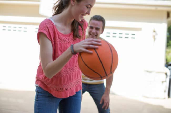 बॉस्केटबॉल खेलें