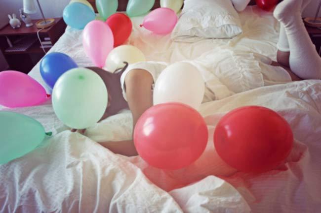 बेड पर गुब्बारे