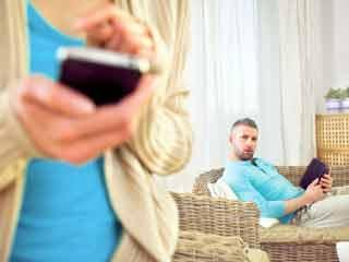 लक्षण बताते हैं कि आपकी पत्नी दे रही है धोखा