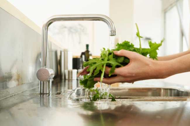 हरी सब्जियों को धुलें