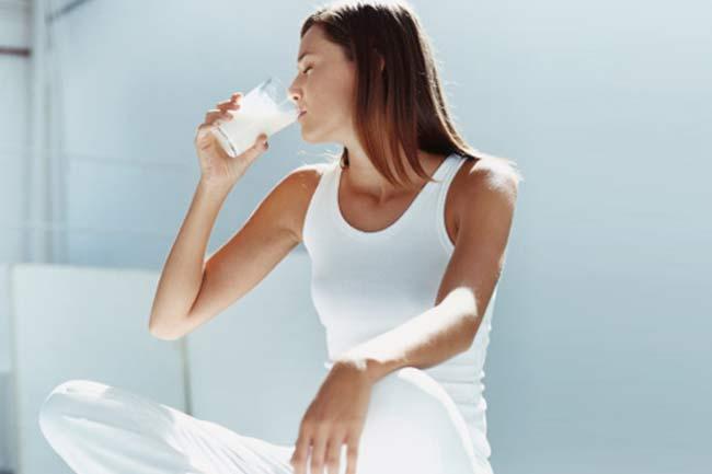 मजबूत हड्डियों के लिए दूध पीना