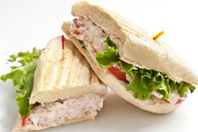साबुत अनाज और ट्यूना सैंडविच