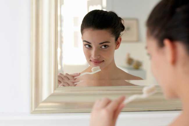 पति का सेंसेटिव टूथपेस्ट इस्तेमाल करना