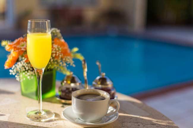 शराब और कैफीन की खपत को कम करें