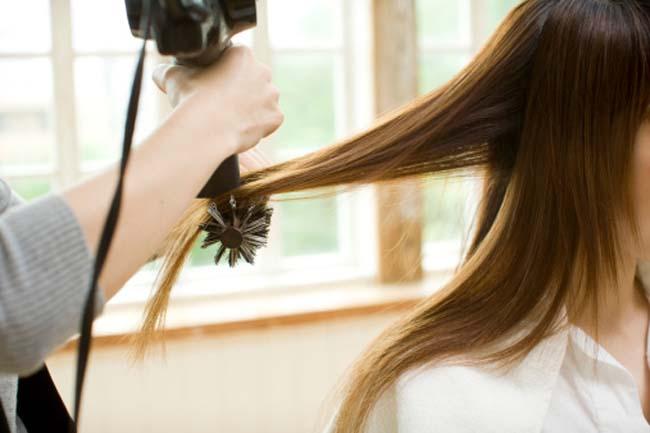 ओवरस्टाइलिंग से बाल कमजोर होते हैं