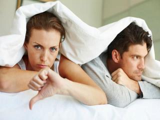 बेडरूम की ये आदतें बिगाड़ सकती हैं सेक्स का आनंद