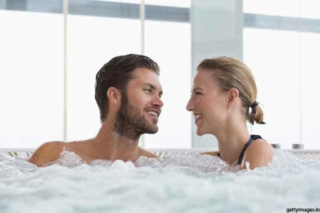 स्विमिंग पूल में नहाते हुए लें सेक्स का मजा