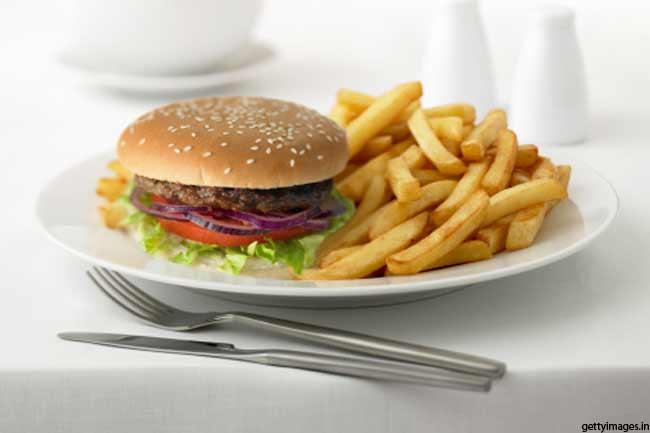 पहचानें कि आप जंक फूड कब और क्यों खाते हैं