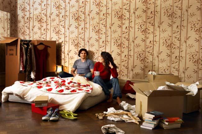बेडरूम में फैला सामान