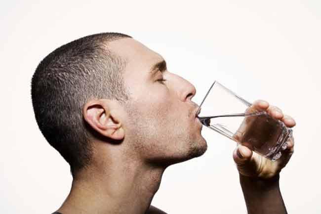 पानी गिलास में पीये
