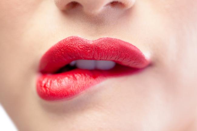 होंठों को चाटना या काटना