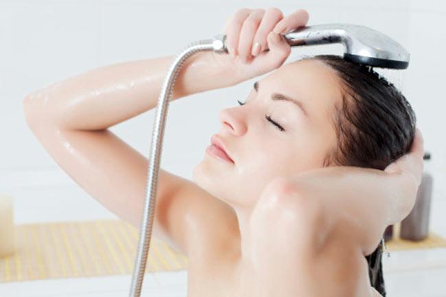 बालों को अच्छे से धुलें