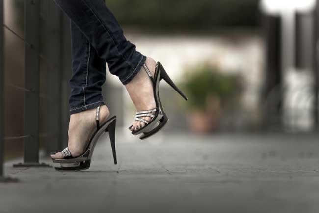 हील्स में चलने का कायदा