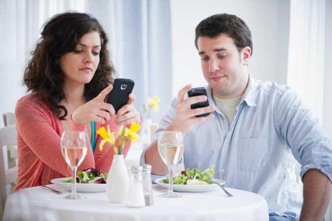 खाते वक्त फोन से दूरी
