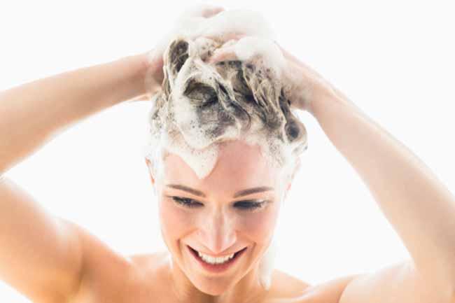 अपने बालों को नियमित धोयें