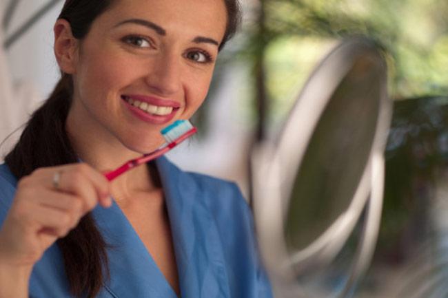 दांतों को ठीक से साफ न करना