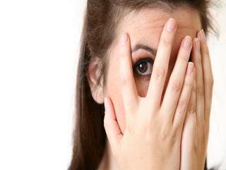 ये अनजान तरीके पहुंचा सकते हैं आपकी आंखों को नुकसान