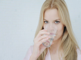 रोज सुबह गर्म पानी पीएं और स्वास्थ्वर्धक लाभ पाएं