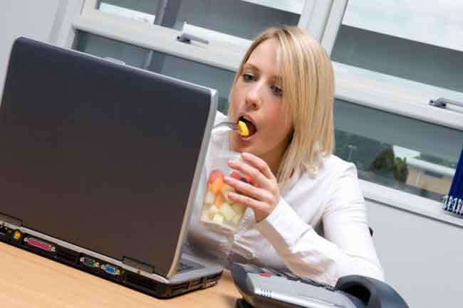 भोजन से पहले फल खाएं