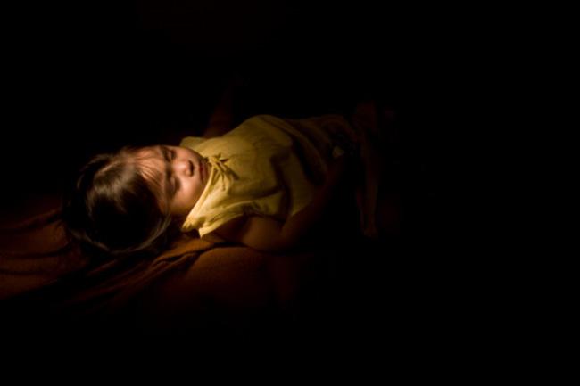 कमरे में अंधेरा करें